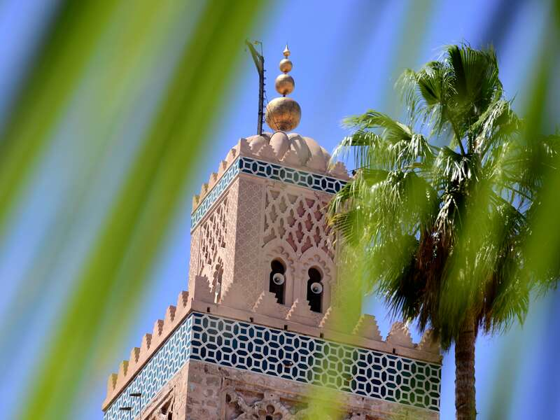 Die Koutoubia-Moschee ist nur eins von vielen eindrucksvollen Gebäuden, die wir während unserer Rundreise durch Marokko in Marrakesch entdecken.