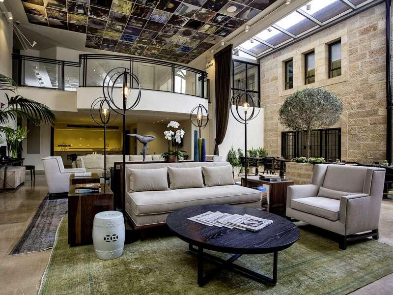 Auf unserer Rundreise durch Israel machen wir Station im Hotel Harmony, das uns mit seiner gemütlichen Lobby empfängt.