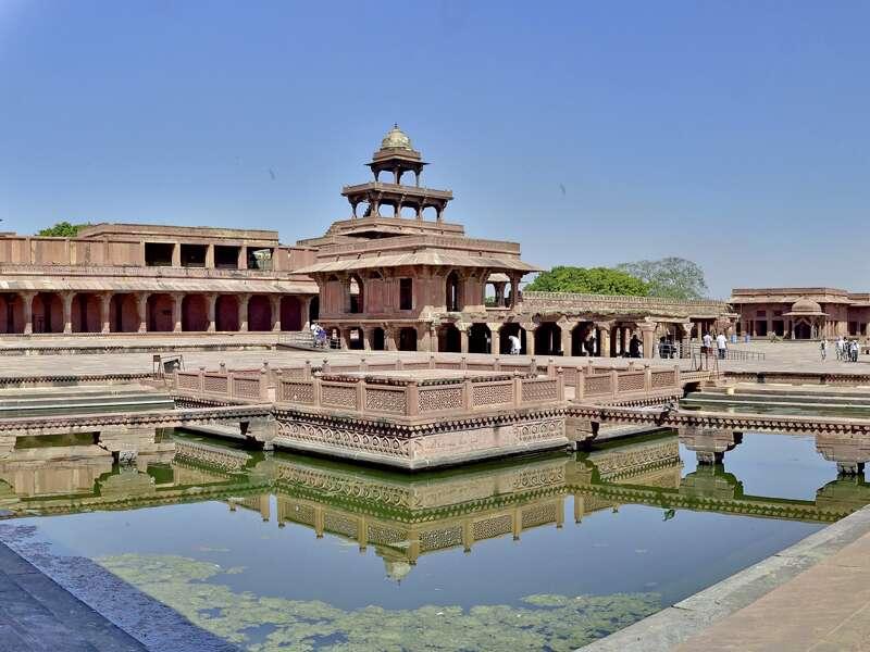 Auf der Rundreise durch Rajasthan führt Sie Ihr Reiseleiter durch Fatehpur Sikri und spielt Ihnen Musik vor, die bereits zu Zeiten des Großmoguls Akbar hier gespielt wurde.
