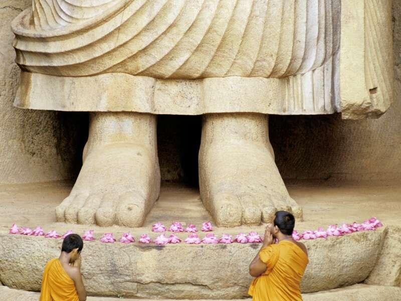 Ruhe und Kraft strahlt der Riesenbuddha von Aukana aus. Mit einem Mönch sprechen wir auf unserer Rundreise über das Klosterleben in Sri Lanka.