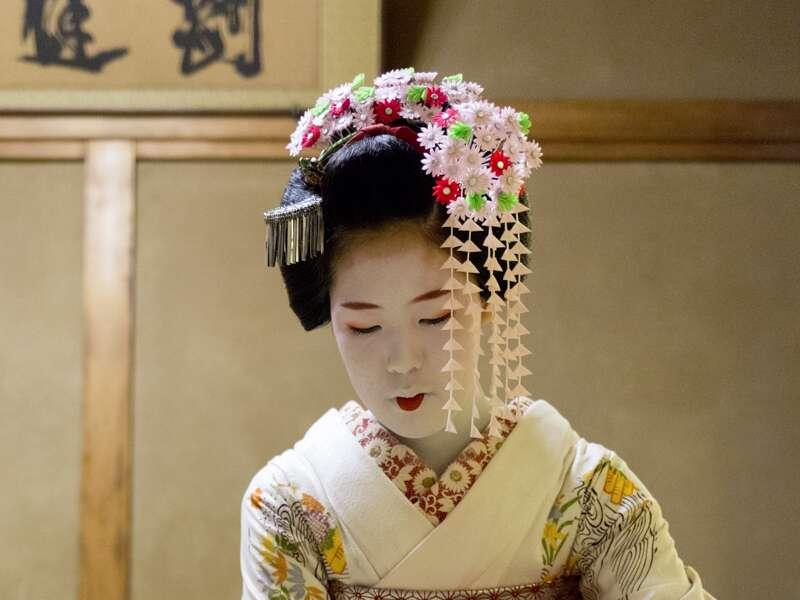 Auf unserer Rundreise durch Japan erleben wir typisch japanische Rituale wie eine Teezeremonie. Ein einzigartiges Erlebnis, auch ohne Geisha.