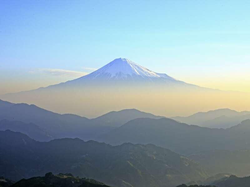Auf unserer Rundreise durch Japan hoffen wir auf gutes Wetter, um aus der Ferne die weiße Spitze des Fujis zu erblicken. Wer ihn näher sehen möchte, kann dies zum Ende der Reise tun und auf eigene Faust (nicht inklusive) mit der Bahn zum Fuße des Vulkans fahren (Tagesausflug).