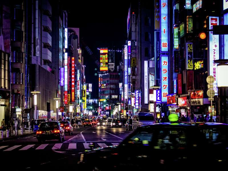 Das nächtliche Tokio beeindruckt auf unserer Rundreise durch Japan mit seinen bunten, flackernden Neonreklamen. Dazu hört man aus den Pachinko-Spielhallen die Automaten.