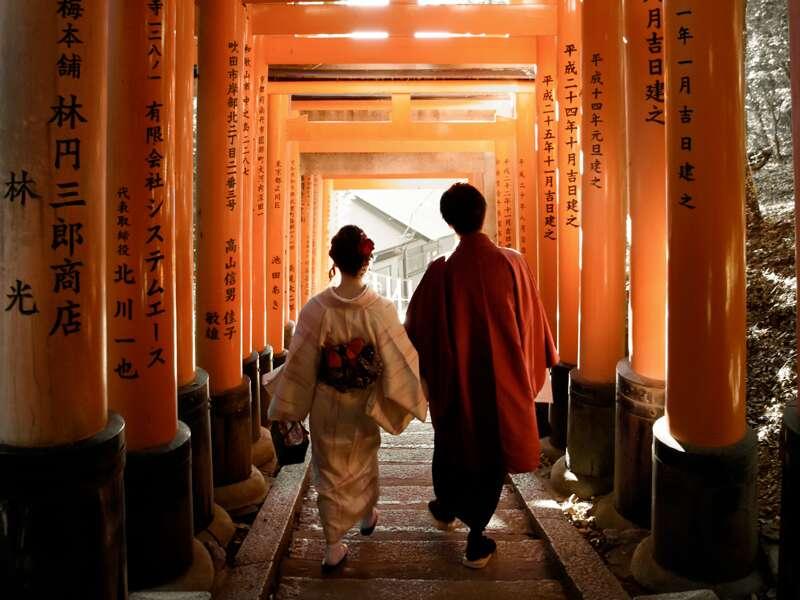 Wir verbringen auf unserer Rundreise durch Japan zwei Tage in Kyoto. Eine gute Gelegenheit, mit dem Vorortzug zum Fushimi-Inari-Schrein zu fahren und die unendlichen Torii-Alleen den Berg hoch- und runterzuschreiten.