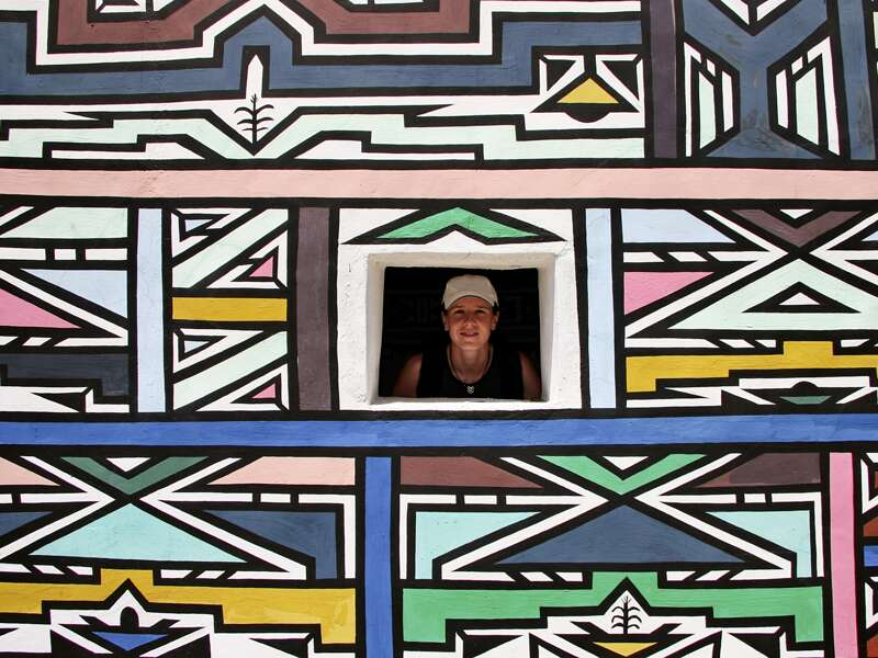 Der Volksstamm der Ndebele lebt noch auf traditionelle Weise, meist in Rundhütten. Ihren Brauch, die Häuser bunt zu bemalen, haben sie sich beibehalten.