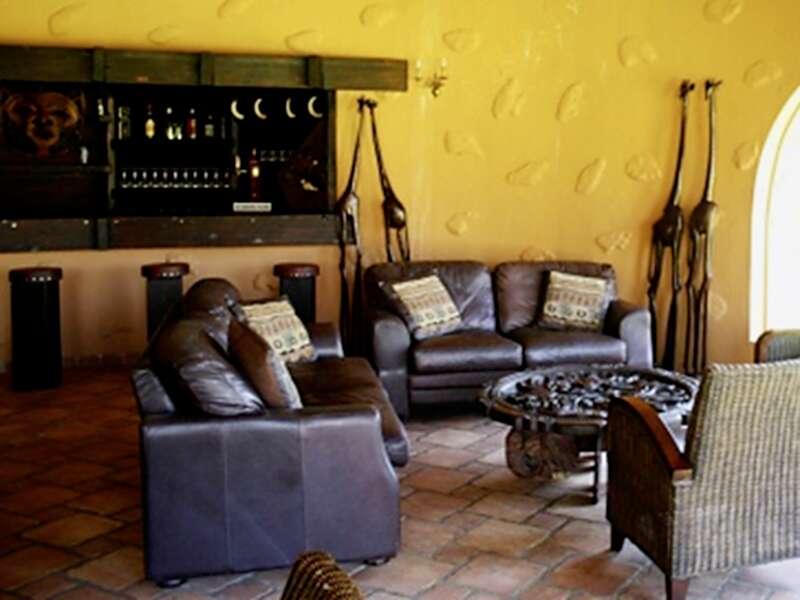 In der Mount Etjo Safari Lodge wurde 1989 die Unabhängigkeit Namibias besiegelt. Hier versammeln sich an einer Wasserstelle morgens und abends die Tiere, und wir verbringen hier die letzte Nacht der smart&small Rundreise Namibia ¿ Afrika-Feeling.