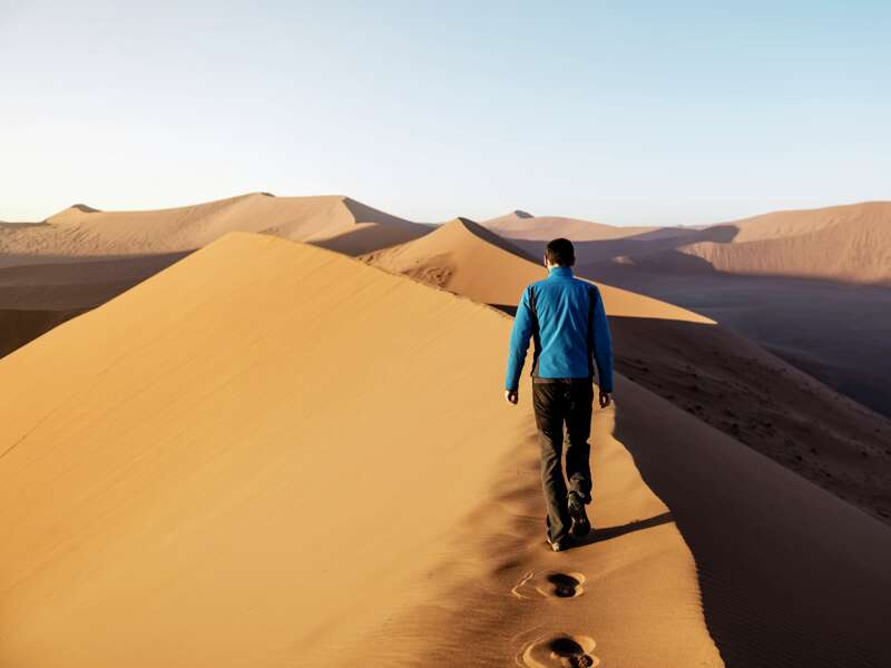 Möchten Sie am Sossusvlei mal eine Düne besteigen? Hier in Namibia gibt es die höchsten Sandberge der Welt! Sie erreichen das landschaftliche Highlight von Ihrer Lodge in Sesriem, einer der ersten Stationen Ihrer smart&small Rundreise.