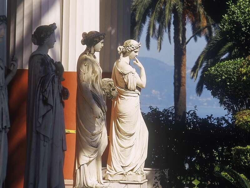 Auf unserer smart&small-Reise nach Korfu genießen Blicke auf das Meer und die Statuen aus der Antike.