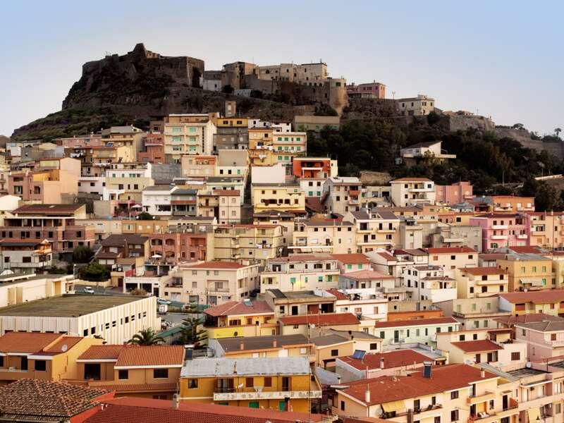 Die Festungsstadt Castelsardo, die wir auf unserer Sardinien-Reise besuchen, ist höchst fotogen und berühmt für ihre Korbflechterei.