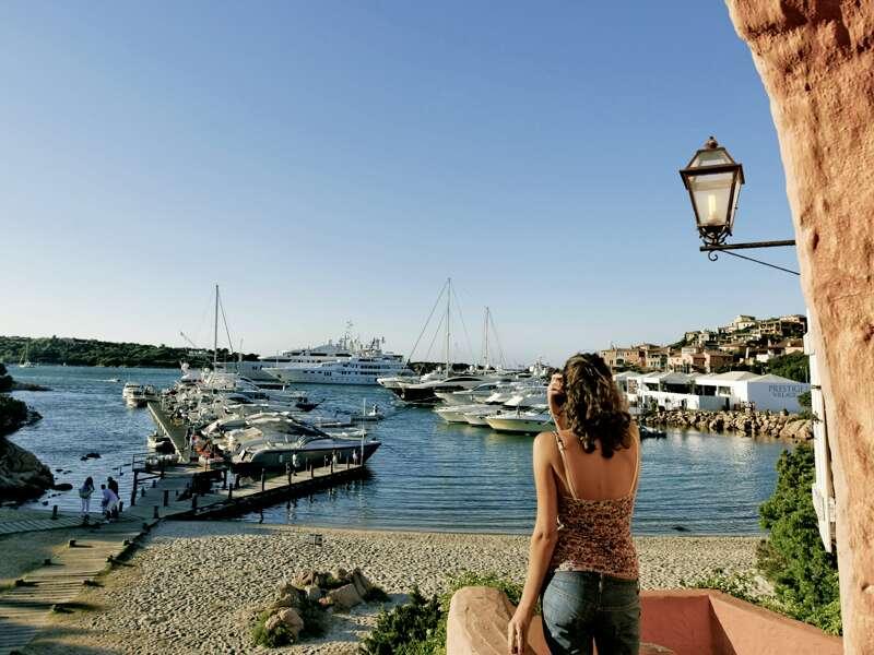 Blick auf den Hafen von Porto Cervo mit seinen schicken Yachten. Das Schmuckstück an der Costa Smeralda auf Sardinien wird Sie auf Ihrer Rundreise mit seinem Mix aus moderner Architektur und traditionellem Baustil begeistern.