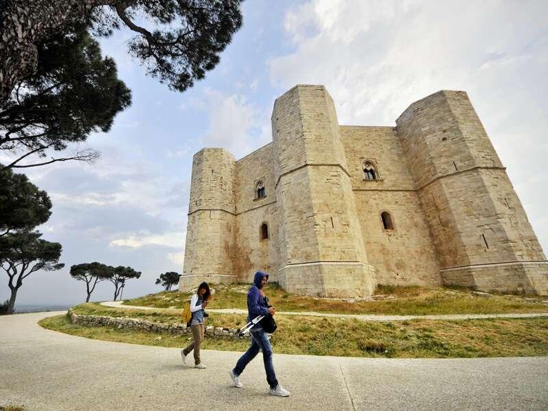 Das legendäre Schloss Castel del Monte von Friedrich II. thront malerisch auf einem Hügel mitten in der Landschaft in Apulien. Ein Highlight unserer Rundreise.
