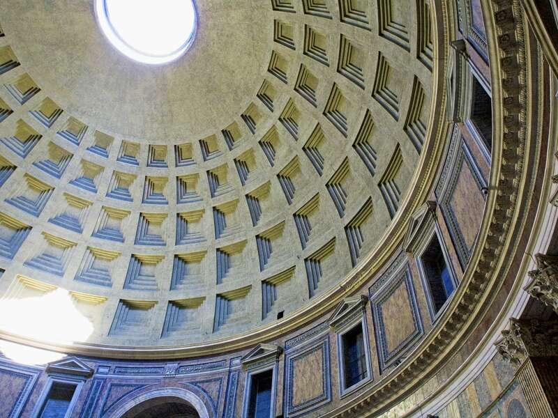 Ihre Studiosus-Reiseleiterin versorgt Sie auf der smartSmall Reise nach Rom mit wichtigem Hintergrundwissen und erzählt z.B., warum das Pantheon ein Faszinosum für Architekten ist.