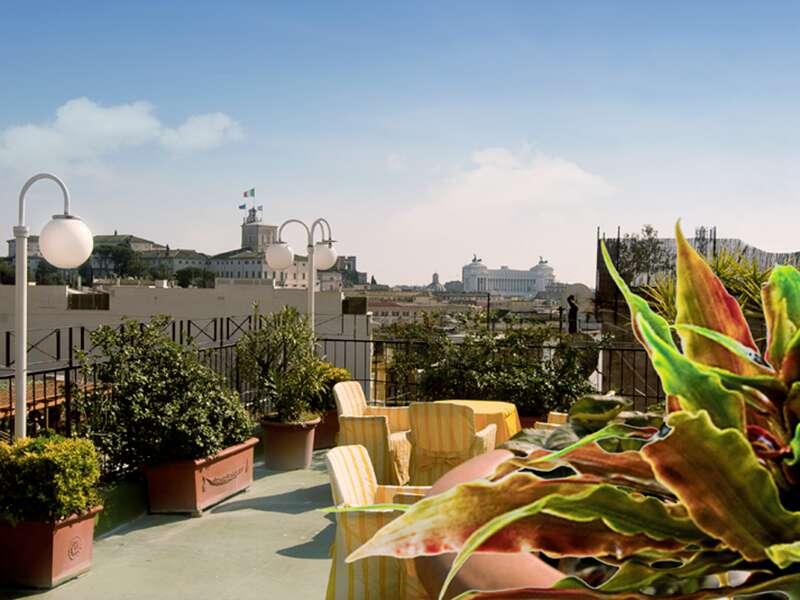 Wer auf unserer smartSmall Reise nach Rom im Hotel Cecil übernachtet, genießt den Blick von der romantischen Dachterrasse über das Häusermeer der Ewigen Stadt.