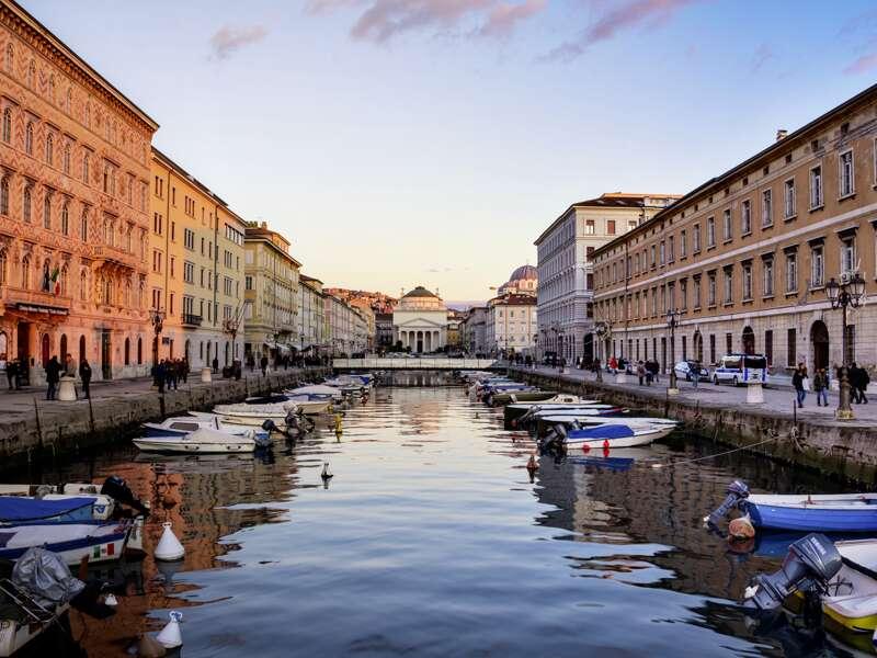 Schön ist es, am Canal Grande entlangzuschlendern. Lassen Sie sich auf unserer smart&small-Rundreise vom Habsburger Erbe und vom italienischen Flair der Stadt Triest verzaubern.