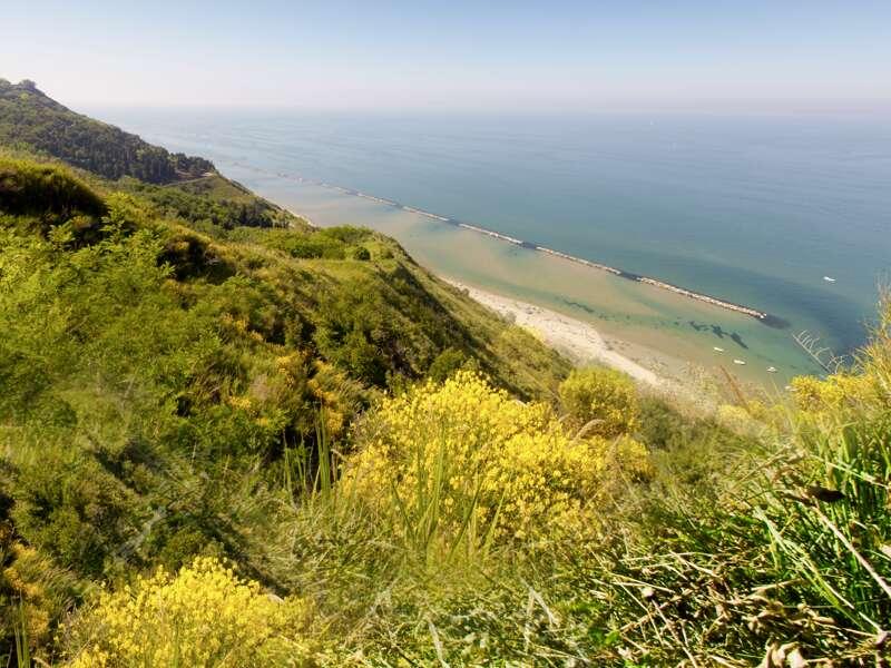 Traumhafte Blicke aufs Meer und über die Steilküste bietet uns auf unserer Rundreise durch die Marken der Naturpark des Monte Conero.
