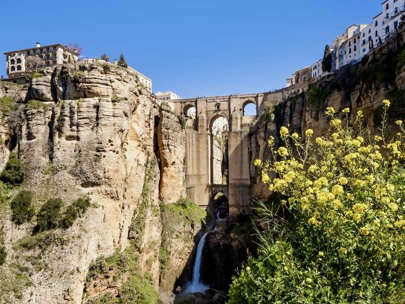Die Puente Nuevo überspannt den Río Guadalevín und verbindet so zwei Ortsteile von Ronda miteinander. Wir besuchen die Stadt auf unserer Rundreise in kleiner Gruppe durch Südspanien.