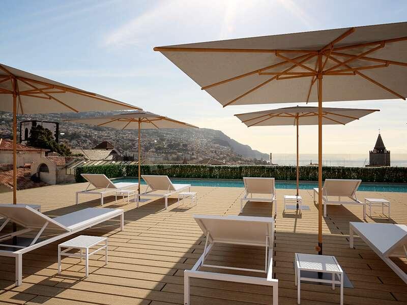 Sie wohnen während Ihrer Reise auf Madeira im Boutique-Hotel do Castanheiro, mitten in der Altstadt von Funchal. Auf der Dachterrasse mit Pool und Sonnenliegen kann man schön entspannen.