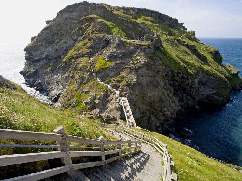 Wir erleben auf unserer smart&small-Reise Cornwell wie aus der Filmkulisse: Über einen steilen Weg gelangen wir zur Burgruine Tintagel, die hoch über dem Meer auf einem Felsen thront.