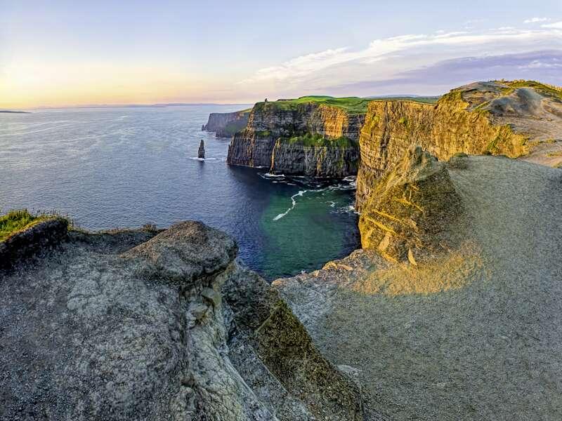Die Cliffs of Moher an der Westküste von Irland - ein Highlight auf unserer zehntägigen smart&small-Rundreise durch Irland.