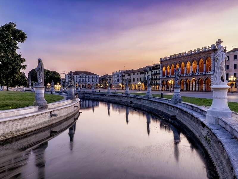 """Ein """"Muss"""" während unserer geruhsamen neuntägigen Studienreise durch Venetien: Ein Besuch auf dem Prato della Valle, einem der größten innerstädtischen Plätze Europas."""