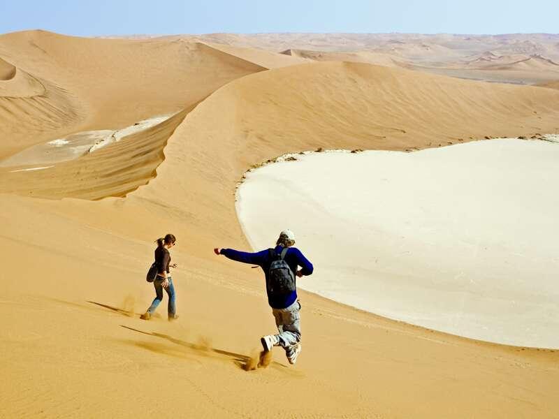 Die geheimnisvolle Namib liegt auf unserer Rundreise durch Namibia. Wir lassen es uns nicht nehmen, auf eine der hohen Sanddünen zu klettern.