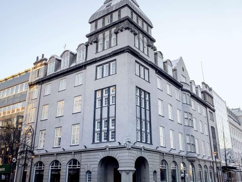 Bei der smart&small Reise nach Island übernachten Sie im Hotel Apotek in Reykjavik. Das denkmalgeschützte Gebäude im Herzen der Stadt ist geschmackvoll eingerichtet. Vor der Hoteltür spüren Sie den Puls der City und finden bestimmt ein Restaurant nach Ihrem Geschmack.