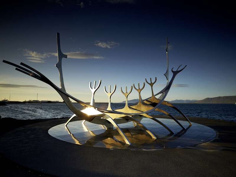 Auf der smart&small Reise nach Island werden Sie mit Ihrem Reiseleiter und der kleinen Gruppe beim Spaziergang durch Reykjavik an dem Wahrzeichen der Stadt, dem Sun Voyager- Denkmal vorbeikommen.