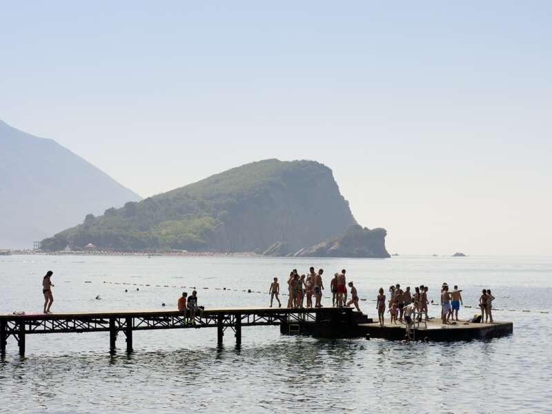 Badende an der Küste von Montenegro