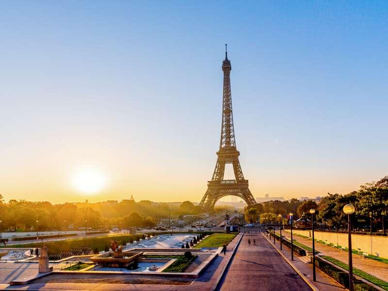 Natürlich sollten Sie auf Ihrer Städtereise auch dem Wahrzeichen von Paris, dem 324 Meter hohen Eiffelturm, einen Besuch abstatten.
