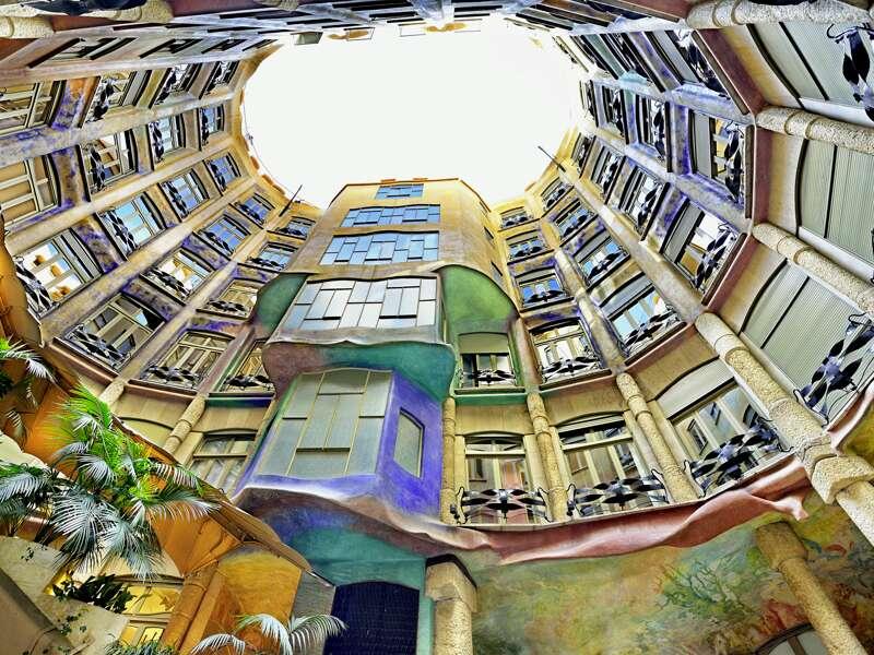 Auf unserer CityLights-Städtereise nach Barcelona besuchen wir auch die Casa Milà, die vom Architekten Antoni Gaudí errichtet wurde. Der ist eben nicht nur wegen der Sagrada Família weltberühmt.