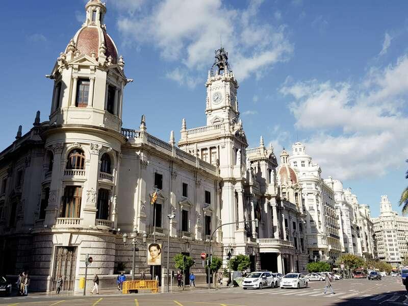 Lernen Sie auf dieser CityLights-Städtereise in fünf Tagen die Schätze von Spaniens drittgrößter Stadt Valencia näher kennen, zum Beispiel das  kunstvoll gestaltete Rathaus gleich neben unserem Hotel.
