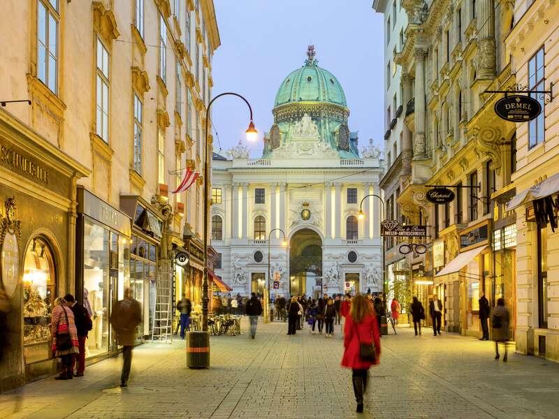 Entdecken Sie auf dieser CityLights-Städtereise die österreichische Hauptstadt Wien. Die vornehme Einkaufsmeile Kohlmarkt führt direkt zur Hofburg.