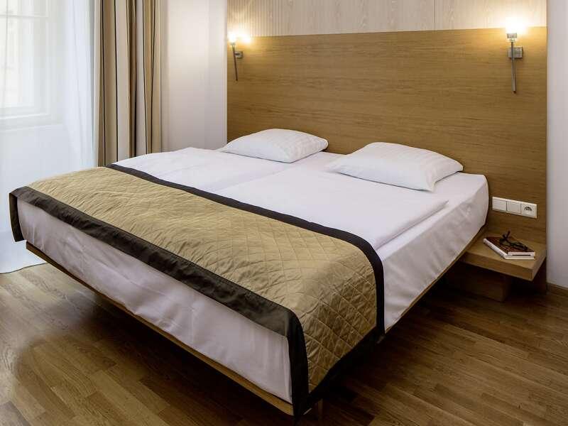 Verbringen Sie auf dieser CityLights-Städtereise fünf unvergessliche Tage in Prag! Vom zentral gelegenen Falkensteiner Hotel Maria  mit seinen ansprechend designten Zimmern sind die Sehenswürdigkeiten Prags bequem zu Fuß oder mit den öffentlichen Verkehrsmitteln zu erreichen.