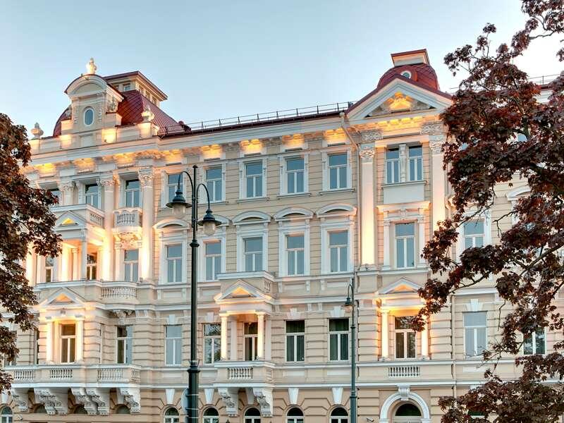 Im eleganten Hotel Kempinski, der letzten Station Ihrer Städtereise durchs Baltikum, erleben Sie Fünf-Sterne-Luxus und Geschichte mitten im Herzen von Vilnius.