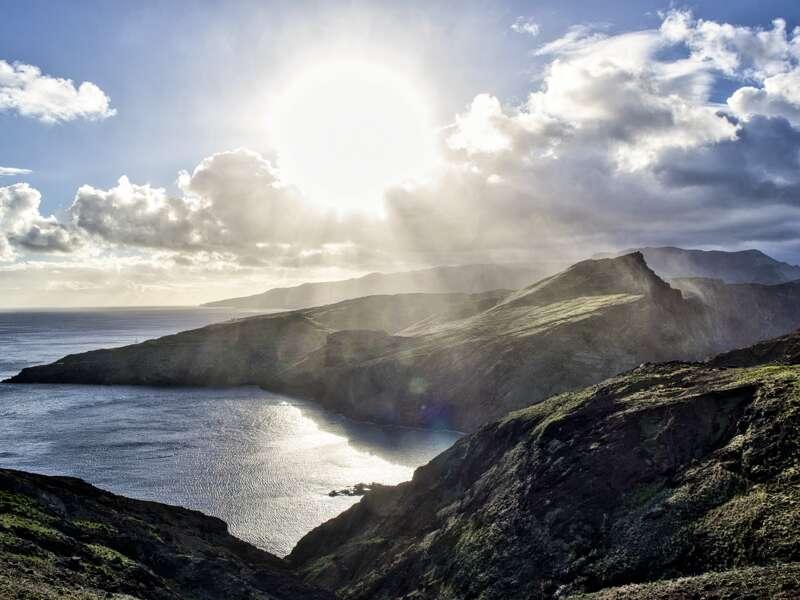 Auf den Küstenstraßen von Madeira bieten sich uns bei unseren Fahrten über die Insel beeindruckende Perspektiven auf das Meer.