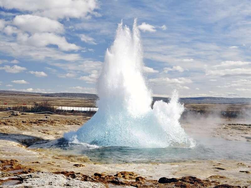 Allle paar Minuten stößt der Geysir Strokkur eine Fontäne aus - ein Naturschauspiel, das wir auf unserer Rundreise durch Island nicht verpassen.