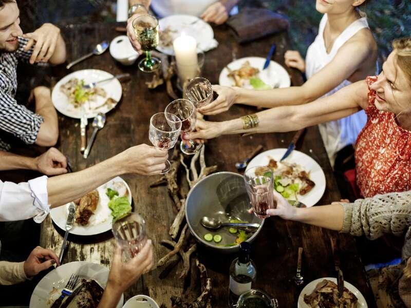 Auf unserer me&more-Reise durch das Baltikum mit anderen weltoffenen Singles und Alleinreisenden genießen wir ein gemeinsames Abendessen mit lokalen Spezialitäten.