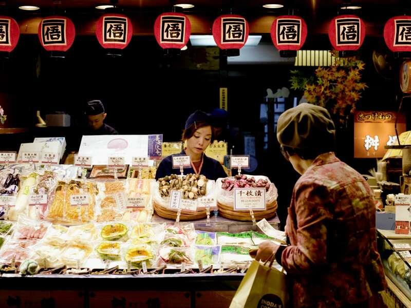 Auf unserer Silvesterreise nach Japan haben wir einen mehrtätigen Aufenthalt in Kyoto. Nutzen Sie die Gelegenheit zum Bummel über den Nishiki-Delikatessenmarkt zum Probieren und Naschen.
