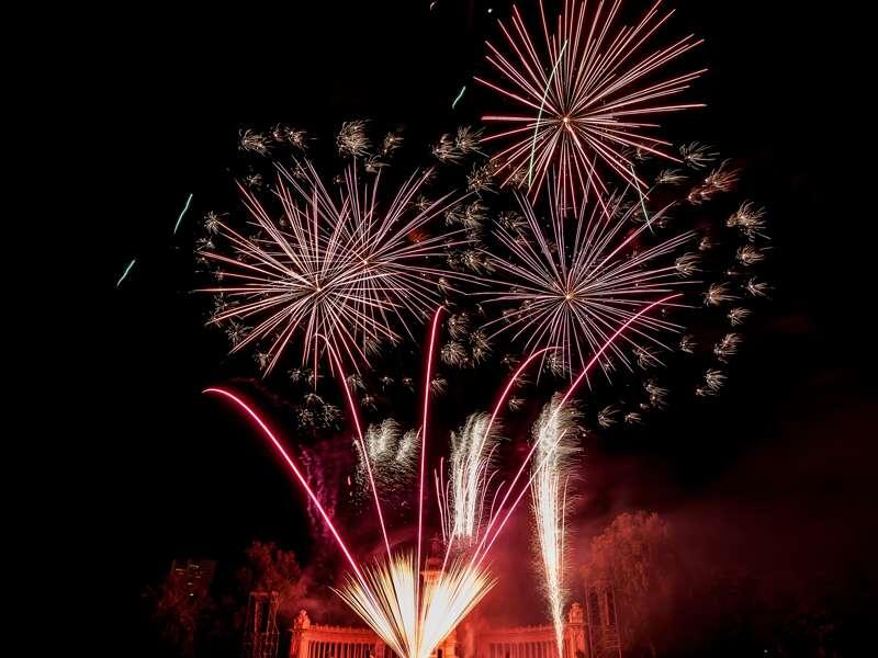Auf dem zentralen Festplatz für Silvester veranstaltet die Stadt Madrid ein Feuerwerk.
