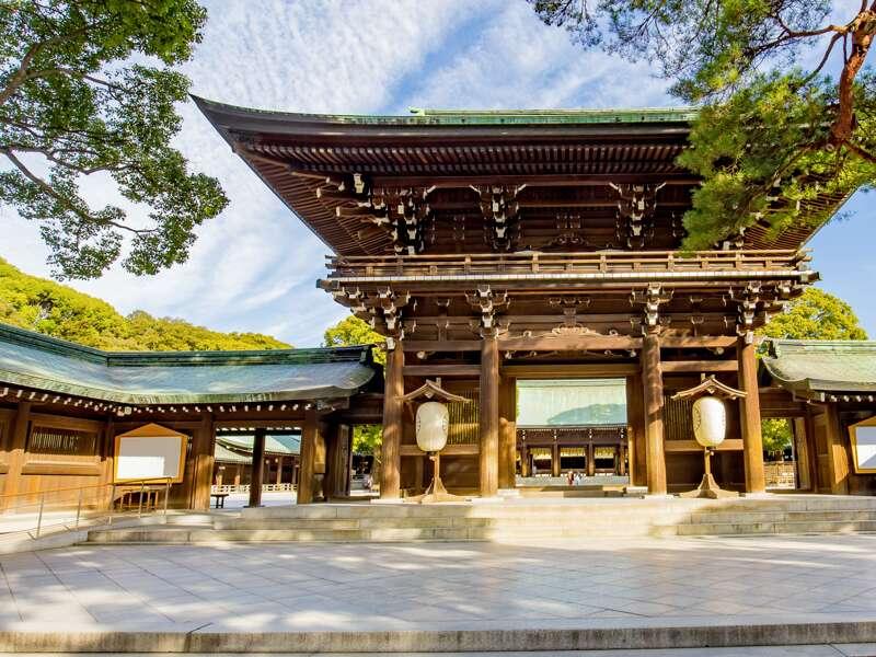 Am Beginn unserer Studienreise durch Japan lernen wir die Hauptstadt Tokio kennen. Im Meiji-Schrein - ein Ort der Stille mitten in der Millionenmetropole -  füllen wir wie die Einheimischen Wunschtäfelchen aus und hängen sie hier auf,