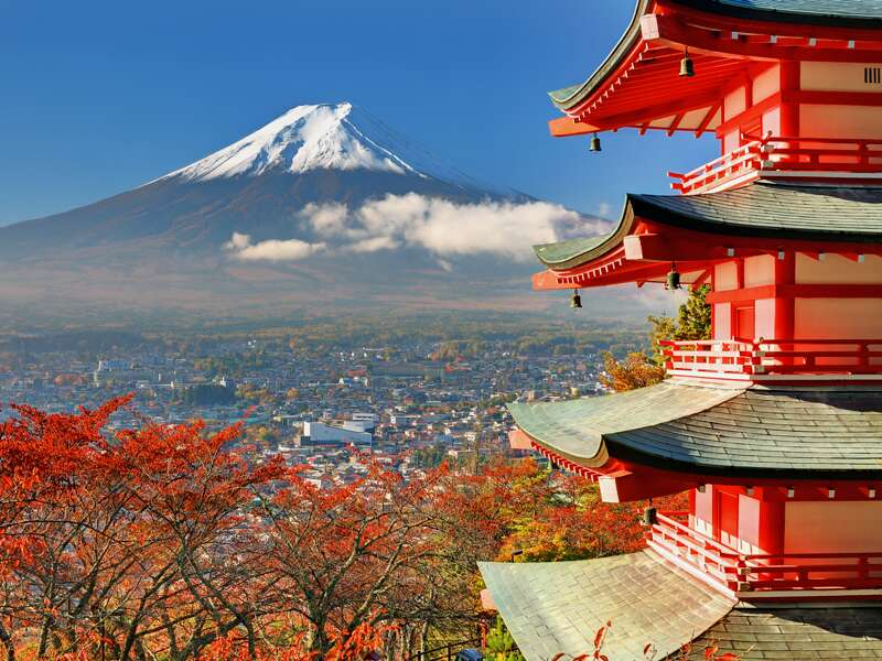 Auf unserer Studienreise durch Japan wollen wir den Fuji-san sehen, den heiligen Berg der Japaner, und fahren deshalb zur Chureito-Pagode oberhalb des Kawaguchi-Sees, wo man - mit etwas Glück mit dem Wetter - den perfekten Ausblick auf den Fuji hat.