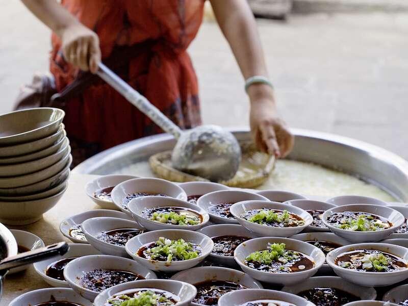 Auf unserer Studienreise durch China probieren wir die Küche der Regionen in Restaurants und Garküchen. Besonders würzig und scharf ist die Küche der Provinz Sichuan.