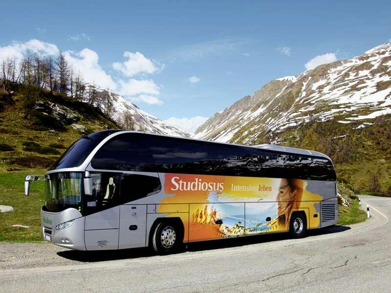 Unterwegs sind Sie auf Ihrer 22-tägigen Skandinavien-Studienreise durch Dänemark, Schweden, Finnland und Norwegen im bequemen Studiosus-Komfortbus - und zwar bis zum Nordkap!
