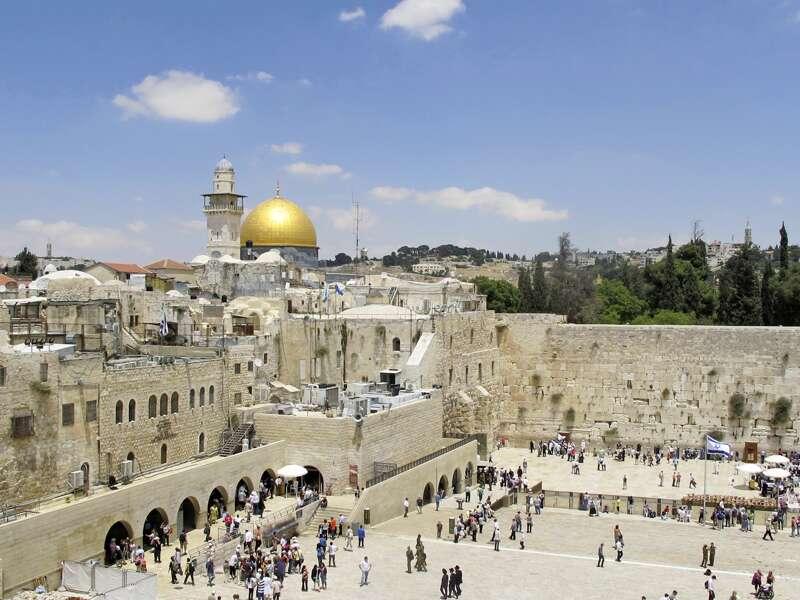 Aus dem Fernsehen kennt sie jeder: die Klagemauer, heiligster Ort des Judentums. Nur wenige Schritte daneben beten die Muslime auf dem Tempelberg in der Al-Aksa-Moschee und im Felsendom.