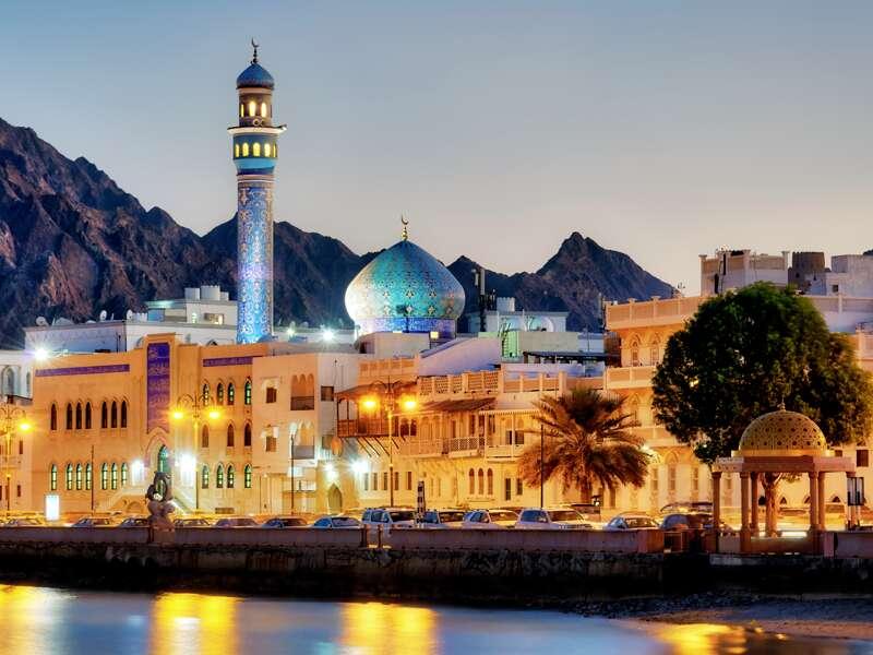 Unsere Studienreise durch die Arabischen Emirate führt auch in den Oman mit seinen beeindruckenden Gebirgs- und Küstenlandschaften.