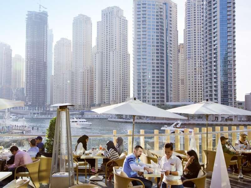 Ihre Studiosus-Reiseleiterin nimmt Sie in Dubai  mit auf eine Tour der Superlative. Stets im Blick: das höchste Gebäude der Welt, der Burj Khalifa. Weiter geht es nach Jumeirah und in die Marina, die von Hochhäusern gesäumt ist.