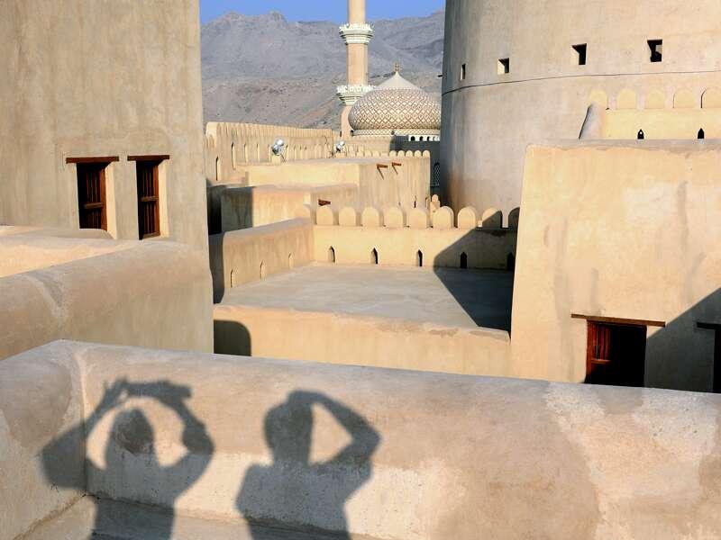 Auf unserer Studienreise durch den Oman erkunden wir in Nizwa die gewaltige Festung, wo altes Handwerk wie Brotbacken, Sticken und Klöppeln präsentiert wird. Anschließend können Sie auf dem Markt an Vanille, Safran, Muskat & Co. schnuppern sowie Cashews und Pistazien probieren.
