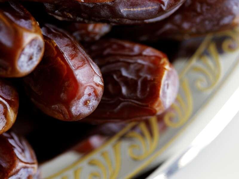 Unsere Studienreise durch den Oman bietet Gelegenheiten, auf den Märkten Köstliches wie Datteln zu probieren.