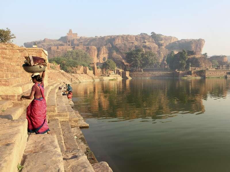 Auf unserer umfassenden Studienreise duch Süd- und Zentralindien besuchen wir auch Badami. In der ehemaligen Hauptstadt der Chalukya tauchen wir ein in die Geschichten der alten Reliefs, Skulpturen und Friese in den Höhlentempeln. Nach ein paar Treppenstufen berauscht uns die herrliche Aussicht auf den See