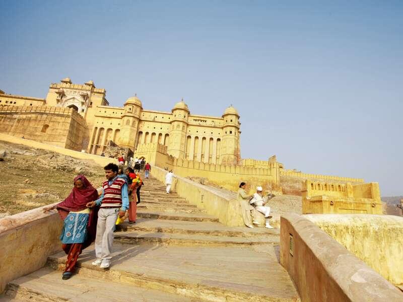 Auf unserer Klassik-Studienreise Höhepunkte Indiens besichtigen wir auch Fort Amber bei Jaipur in Rajasthan. Die aus honiggelbem Sandstein erbaute Festung thront auf einem Hügel.